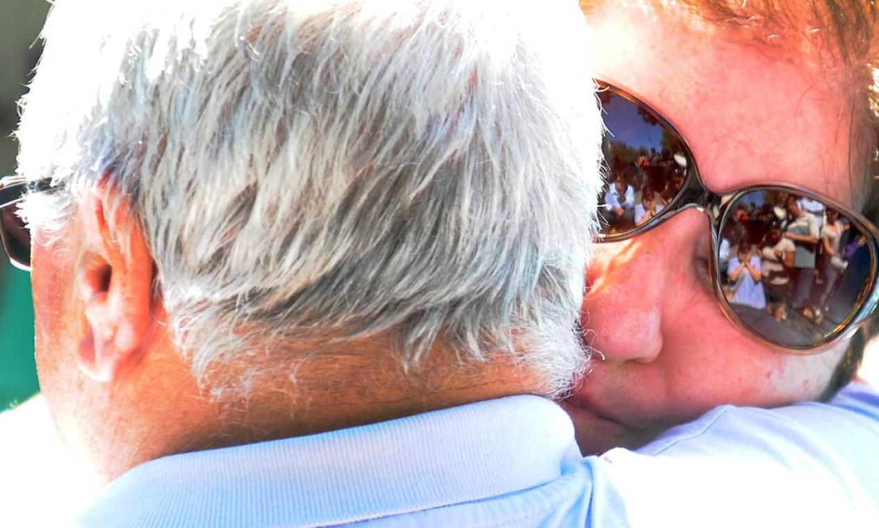 Familiares buscam consolo em abraço Foto: ANTONIO SCORZA / AFP