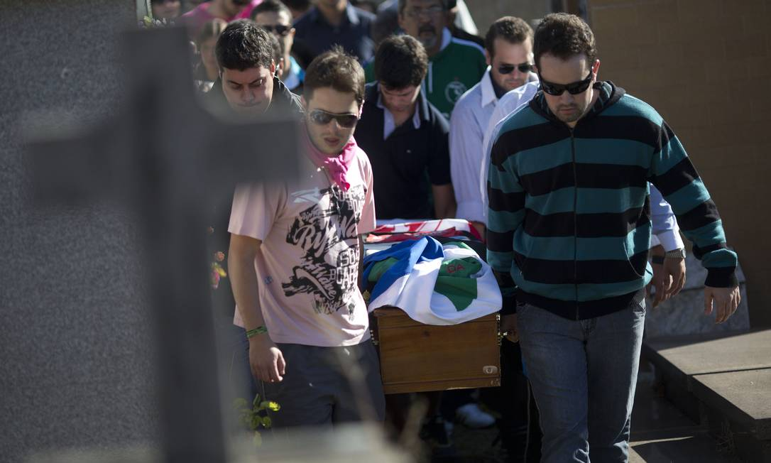 Familiares e amigos carregam o caixão de Vinicius Rosado, uma das vítimas Felipe Dana / AP