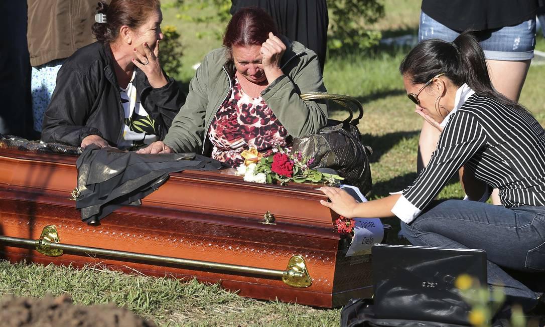 Parentes de Tamise Cielo em enterro JEFFERSON BERNARDES / AFP