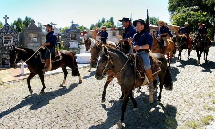 Membros do Centro de Tradições Gaúchas prestam homenagem a Silvio Beuren, que morreu e fazia parte do grupo ANTONIO SCORZA / AFP