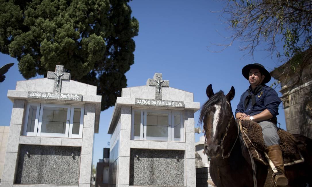 Traje típico gaúcho na despedida das vítimas Felipe Dana / AP