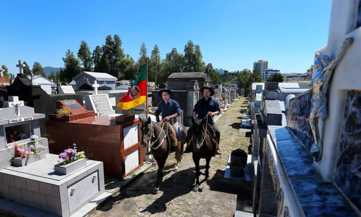 Sobre cavalos, eles prestam a última homenagem Foto: ANTONIO SCORZA / AFP