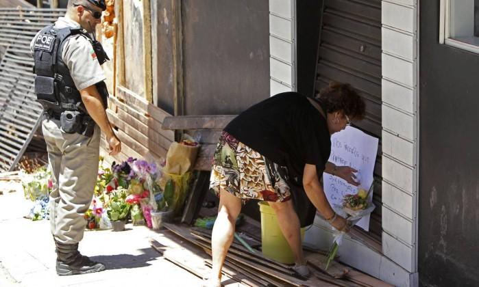 Maria Schiller Muller deposita flores em frente à boate Kiss STRINGER / REUTERS