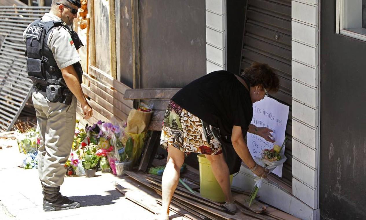 Maria Schiller Muller deposita flores em frente à boate Kiss Foto: STRINGER / REUTERS