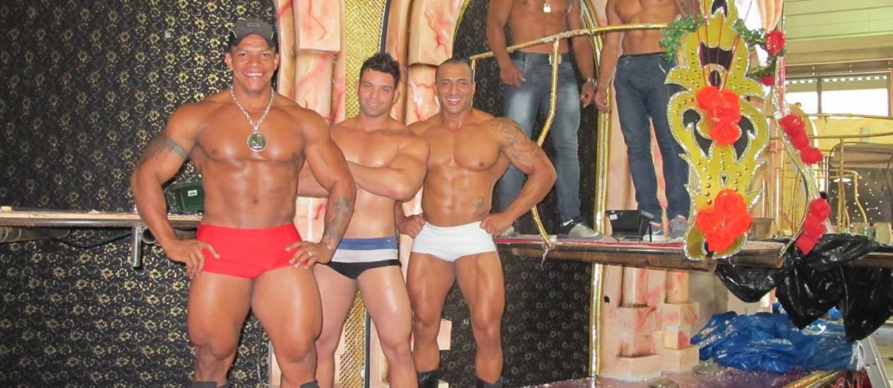Os 'gogo boys' da Mocidade pretendem chamar a atenção do público com corpos trabalhados em horas de academia Foto: Rafael Galdo / O Globo