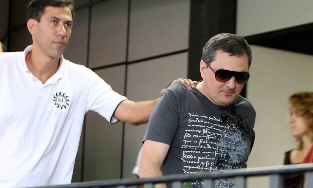 Mauro Hoffmann, um dos donos da boate Kiss, é escoltado em delegacia Foto: Nabor Goulart / AP