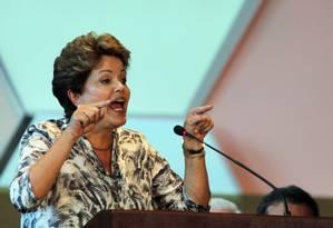 A presidente Dilma Rousseff discursa no centro de convenções em Brasília durante o Encontro Nacional dos novos prefeitos Foto: Gustavo Miranda / Agência O Globo