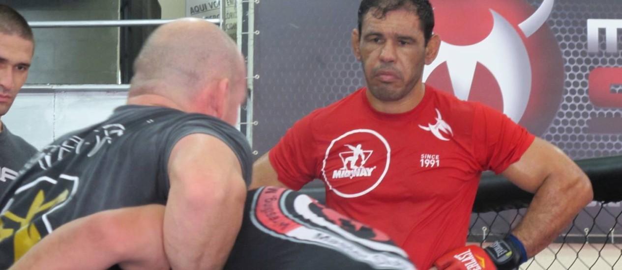 Concentrado: Minotouro observa orientações de treinadores na Team Nogueira Foto: Eduardo Zobaran / O Globo