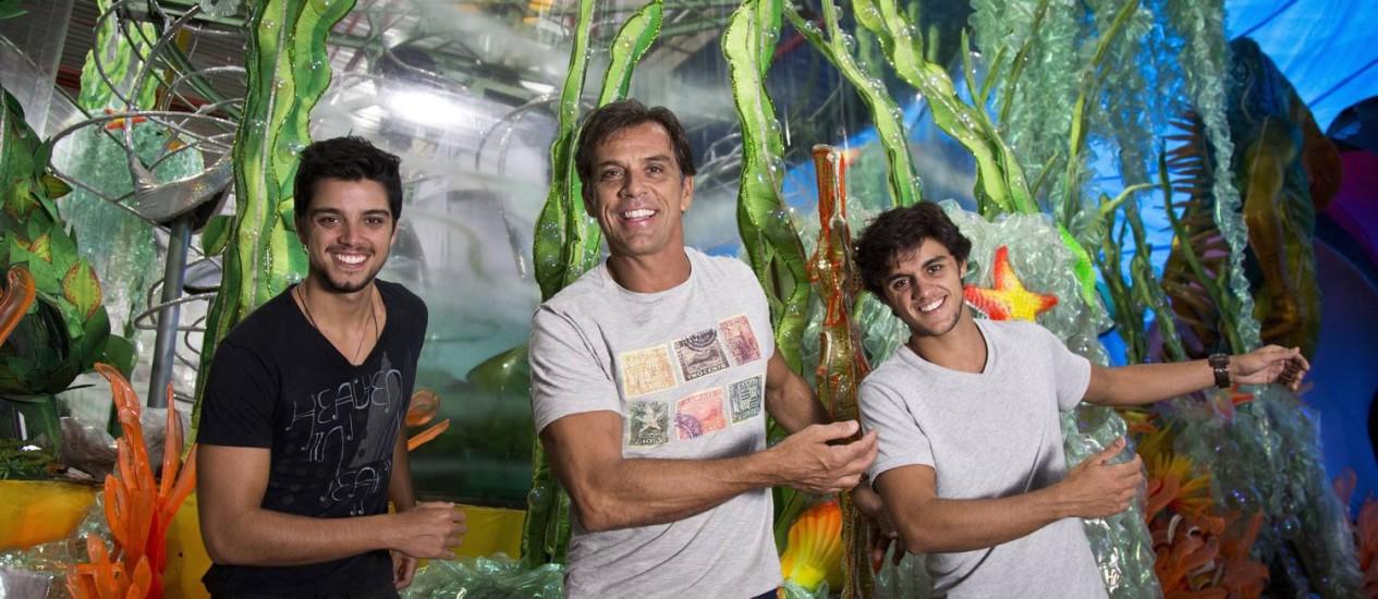 Beto Simas com os filhos Rodrigo (de blusa preta) e Felipe (de blusa cinza) no barracão da Grande Rio Foto: Mônica Imbuzeiro / O Globo