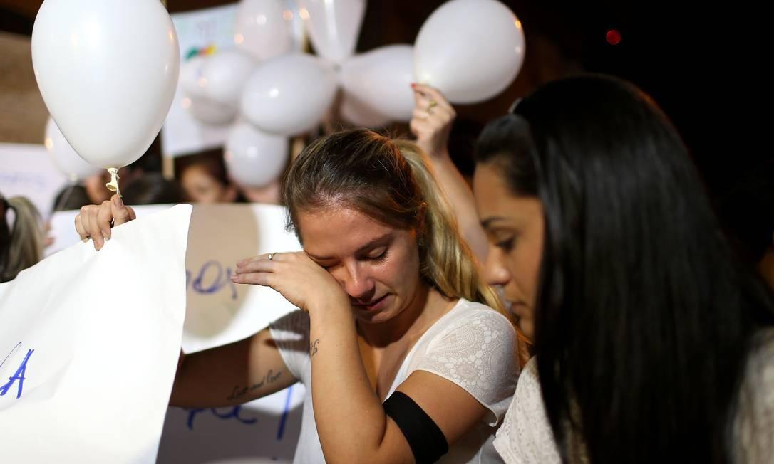 Jovem chora Foto: JEFFERSON BERNARDES / AFP