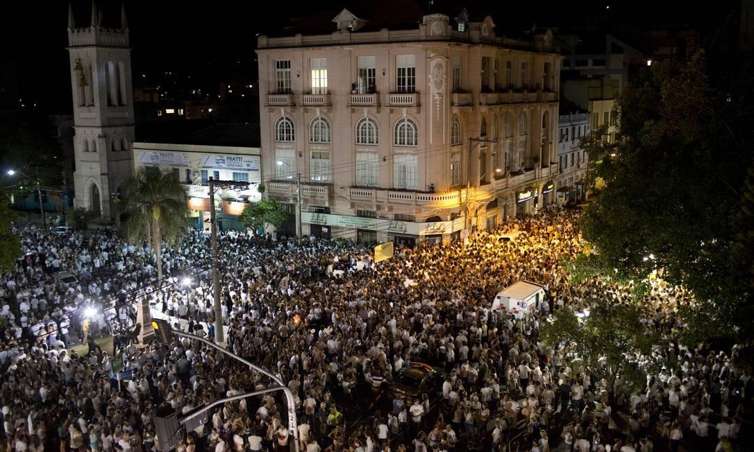 Aglomeração dos moradores em homenagem às vítimas Foto: Felipe Dana / AP