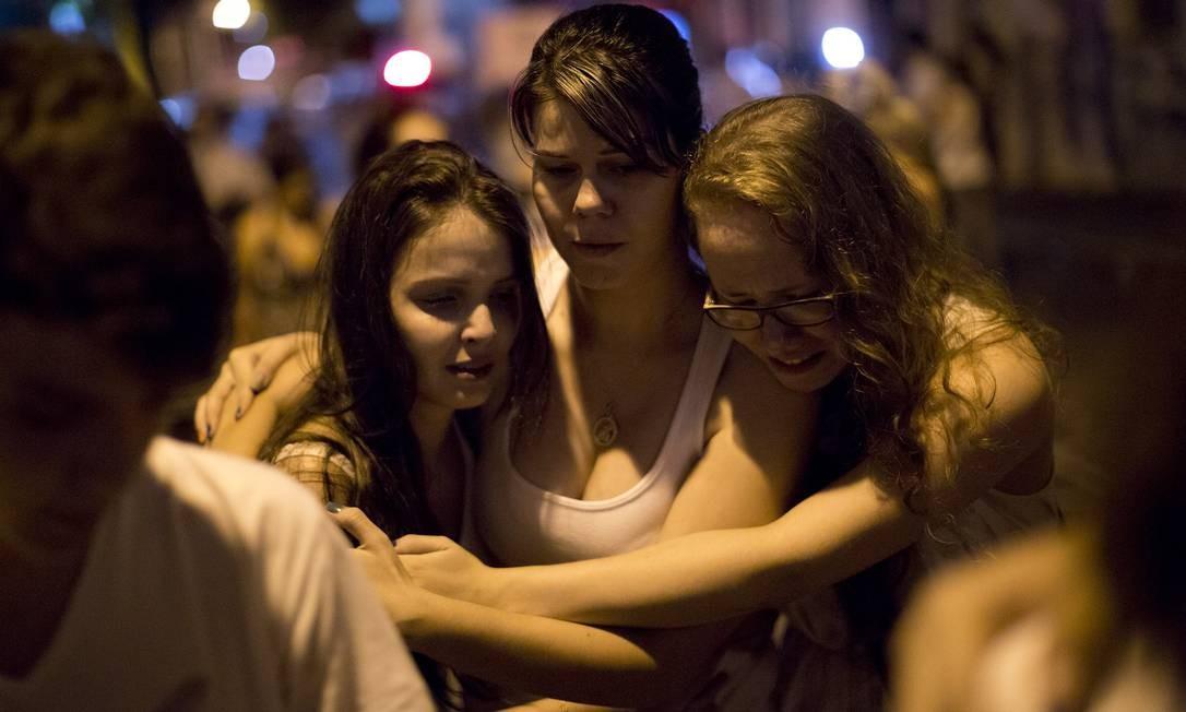 Jovens choram pela morte em incêndio Foto: Felipe Dana / AP