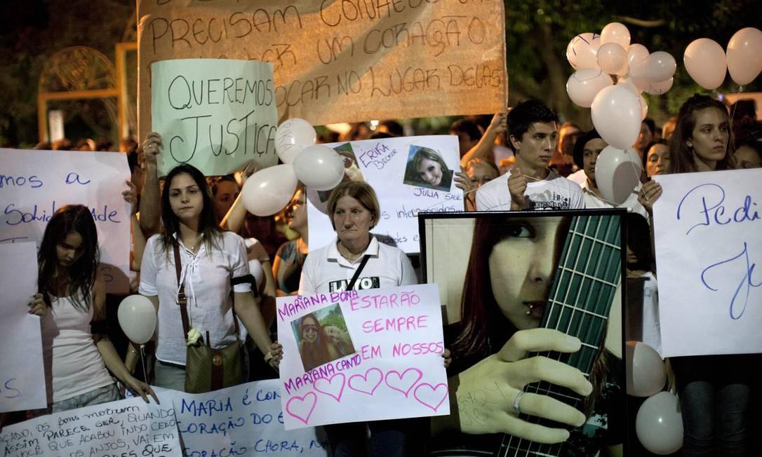 Manifestantes caminham em direção à boate Foto: Felipe Dana / AP
