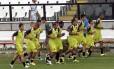 Os jogadores do Vasco correm em torno do gramado no treino em São Januário