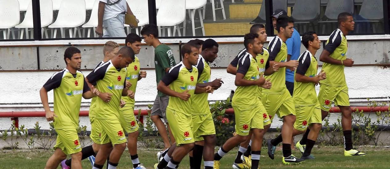Os jogadores do Vasco correm em torno do gramado no treino em São Januário Foto: Cezar Loureiro / O Globo