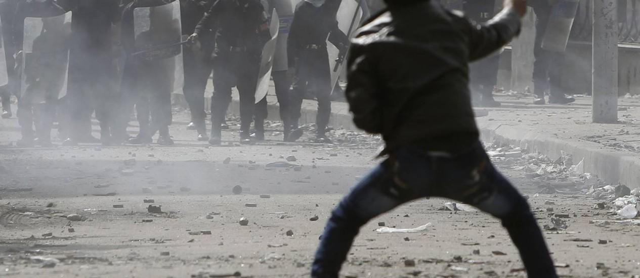 Manifestante joga pedras em forças de segurança egípcias na Praça Tahrir Foto: AMR ABDALLAH DALSH / REUTERS