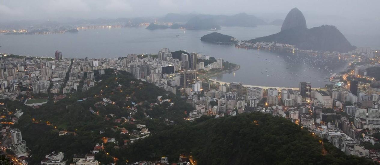 A cidade nublada vista do Mirante Dona Marta no início da manhã desta terça-feira Foto: Fernando Quevedo / Agência O Globo