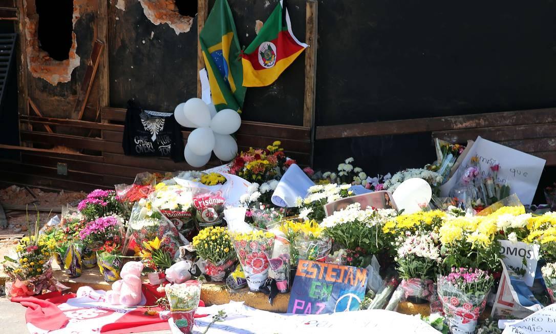 A bandeira do Rio Grande do Sul também foi colocada em frente à boate Foto: JEFFERSON BERNARDES / AFP
