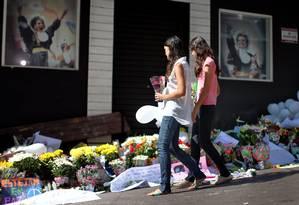 Parentes e amigos colocam flores em frente à boate Kiss, em Santa Maria, no Rio Grande do Sul Foto: JEFFERSON BERNARDES / AFP