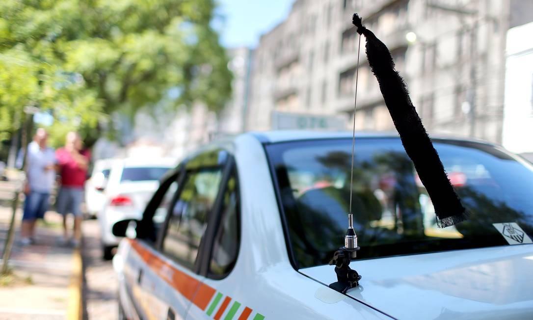 Carros andam com uma fita preta, em sinal de luto Foto: JEFFERSON BERNARDES / AFP
