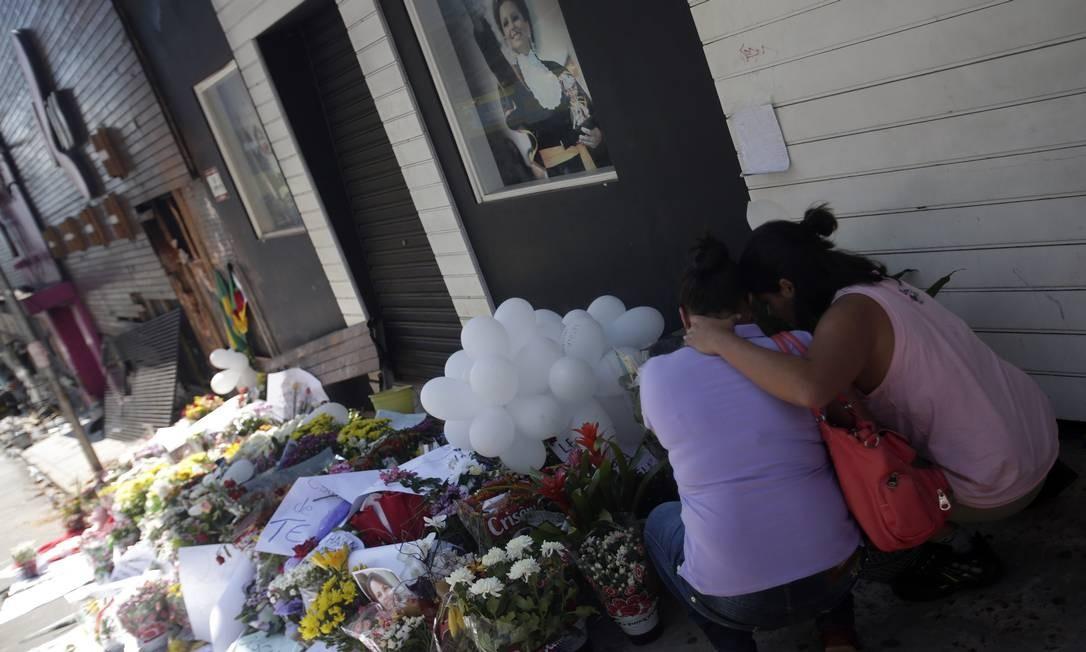 Amigas choram ao visitar o local da tragédia Foto: RICARDO MORAES / REUTERS