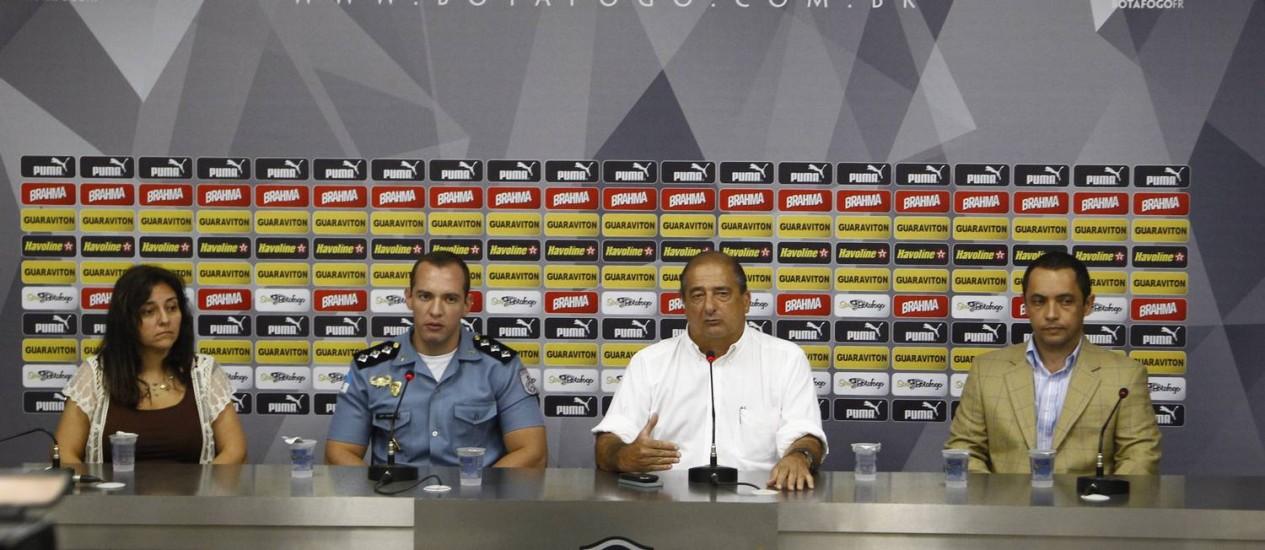 Botafogo convocou coletiva para apresentar condições de segurança do Engenhão. Na mesa: Soraia Musse, capitão Fabiano, Sérgio Landau e Alex Busquet Foto: Jorge William / Agência O Globo