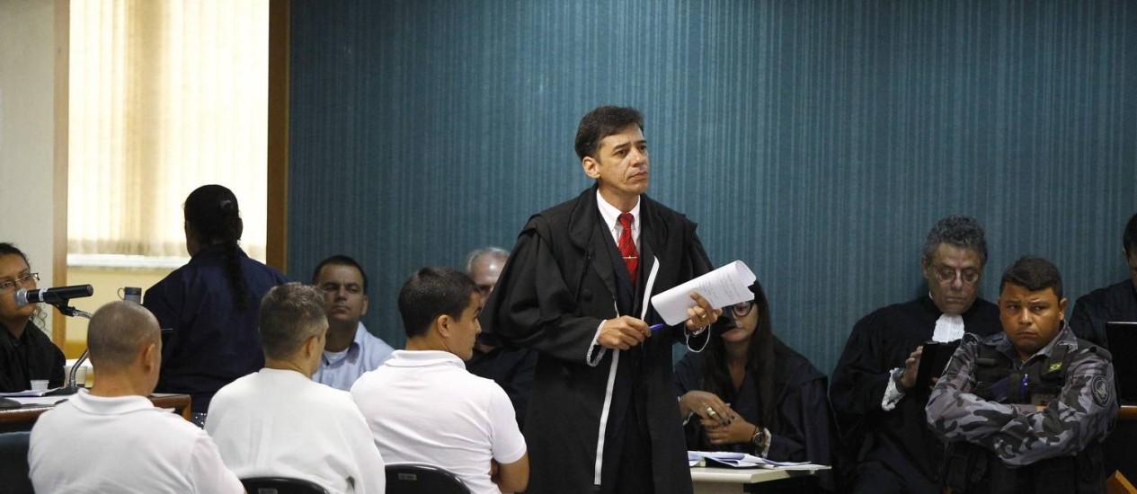 Os três réus (de camisetas brancas) durante o julgamento em Niterói Foto: Pablo Jacob / O Globo