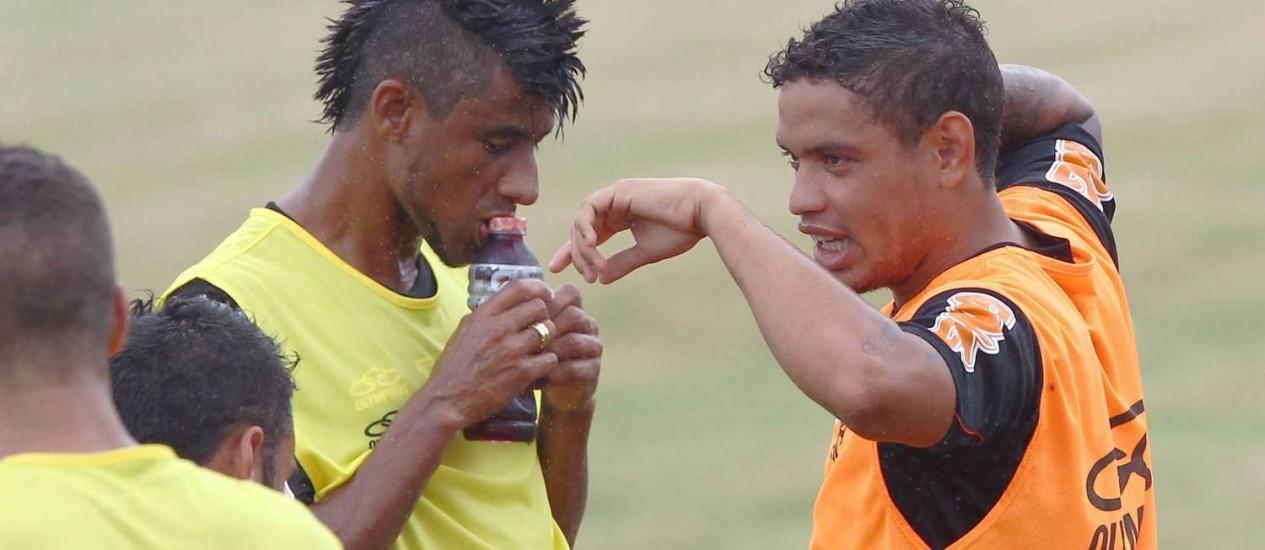 Leonardo Moura conversa com Carlos Eduardo, que treinou pela primeira vez no Flamengo. Ele disse que não esperava que o Vasco fosse se acertar tão rapidamente Foto: Cezar Loureiro / O Globo