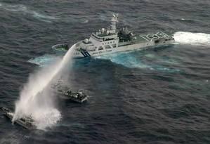 Navio da guarda costeira japonesa joga água sobre barco de Taiwan que tentava se aproximar das ilhas Senkaku/Diaoyu Foto: AFP/Divulgação/24-1-2013