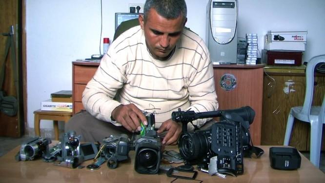 Cena do documentário '5 broken cameras' Foto: Reprodução