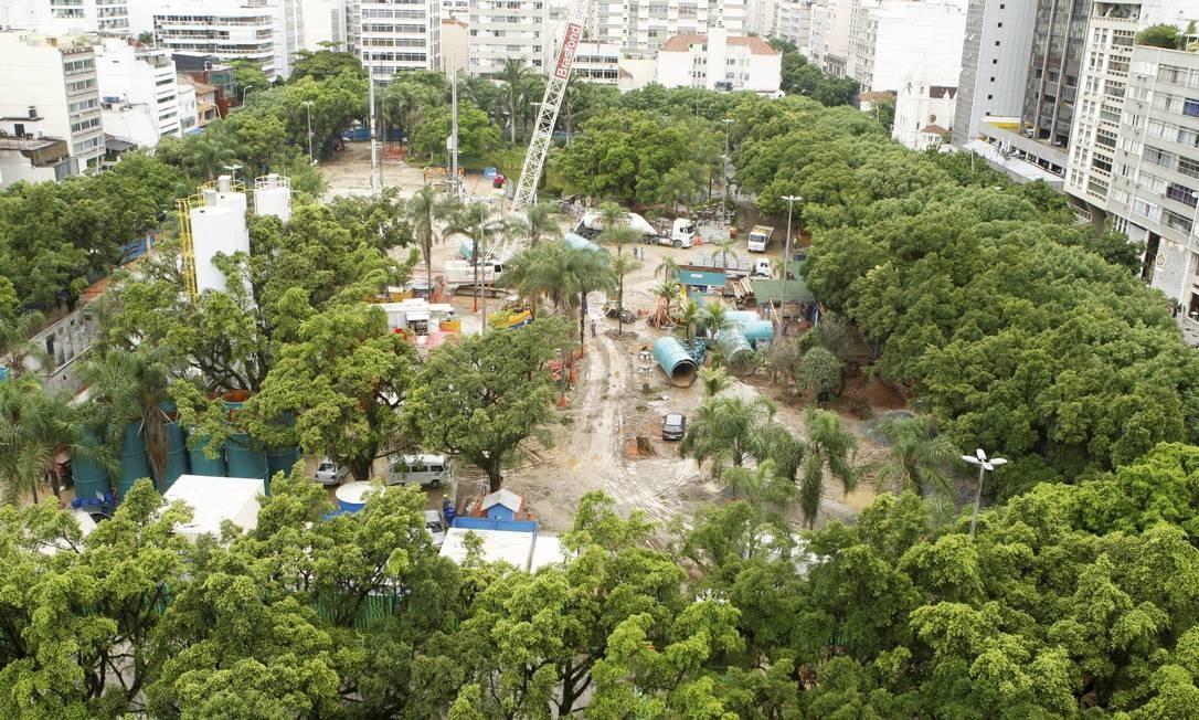 Árvores são cortadas na Praça Nossa Senhora da Paz, em Ipanema Foto: Gustavo Stephan / O Globo