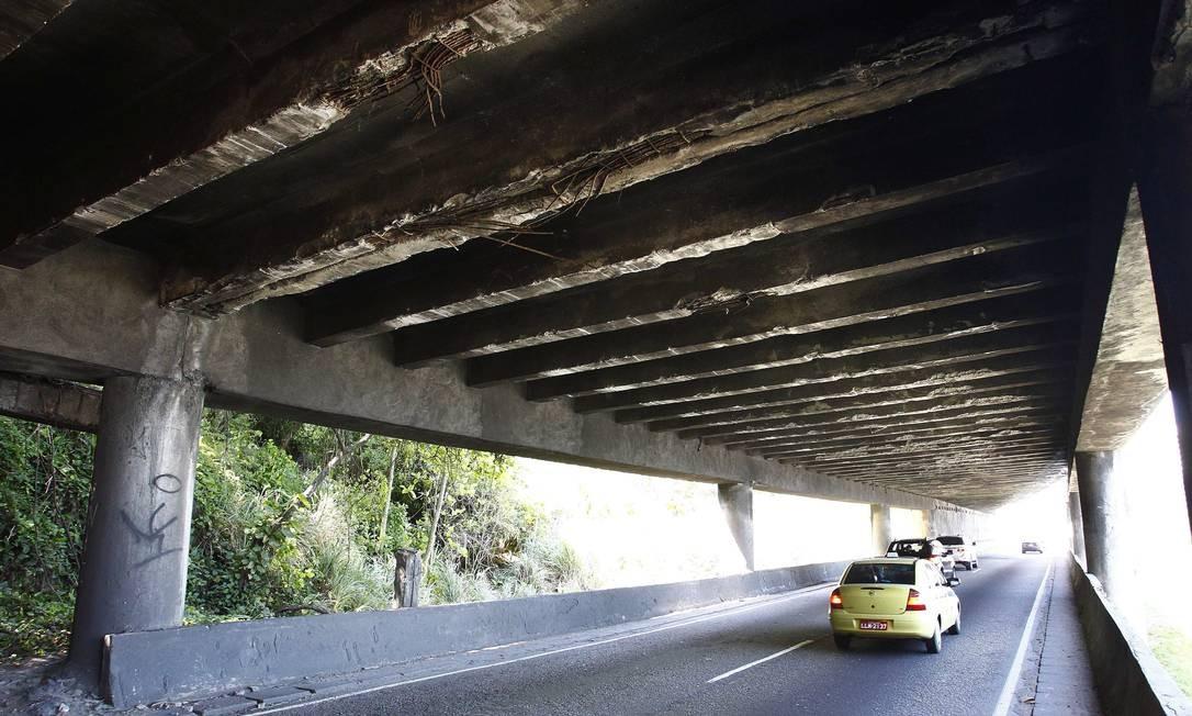 Péssimo estado de conservação do viaduto do Joá. Foto de 04/12/2012 Foto: Pablo Jacob / O Globo