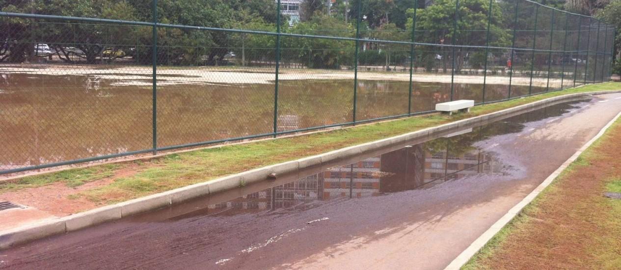 Mesmo tendo passado por obras, quadra e ciclovia do Parque do Cantagalo ficam alagadas após chuva | Foto: Foto do leitor Paco Torras/ Eu-Repórter
