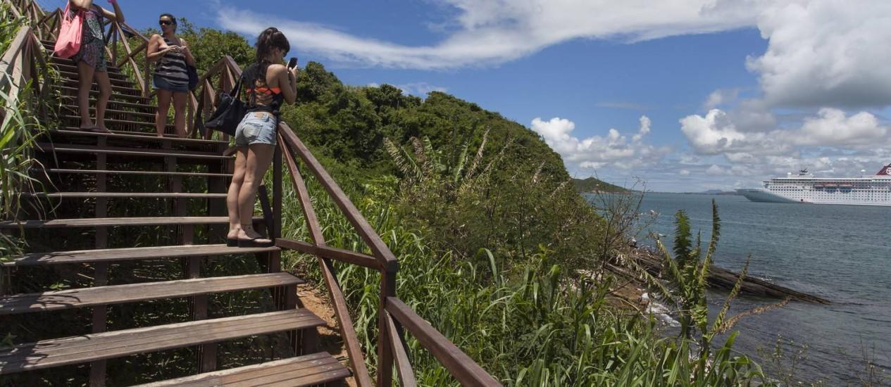 Novo acesso às praias Azeda e Azedinha foi inaugurado em junho do ano passado. Escadaria é feita de madeira reciclada Foto: Daniela Dacorso / O Globo