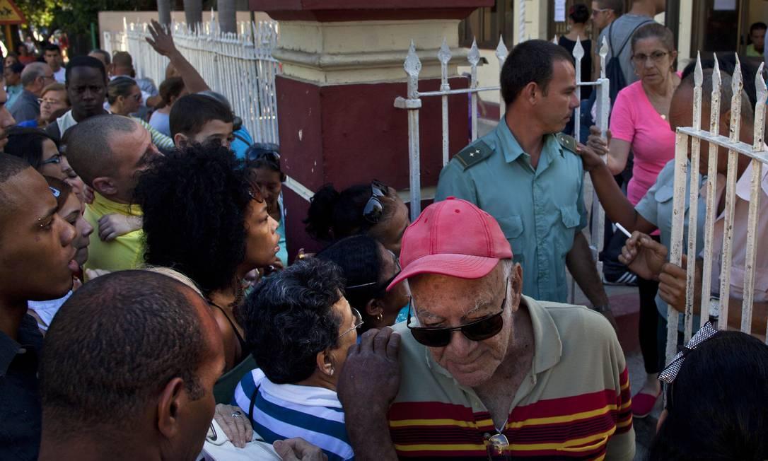 Cubanos fazem fila em frente ao escritório de imigração em Havana Foto: Ramon Espinosa / AP