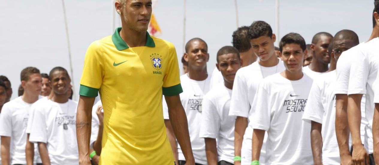 Neymar apresenta a camisa da seleção brasileira para a Copa das Confederações Foto: Marcos Tristão / Agência O Globo