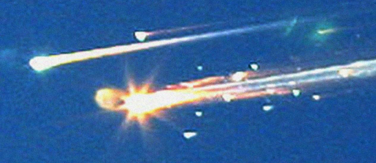 Os destroços do Columbia cruzam o céu dos EUA após a nave se quebrar durante a reentrada na atmosfera: acidente resultou em 29 novas recomendações de segurança Foto: AP/Tyler Morning Telegraph