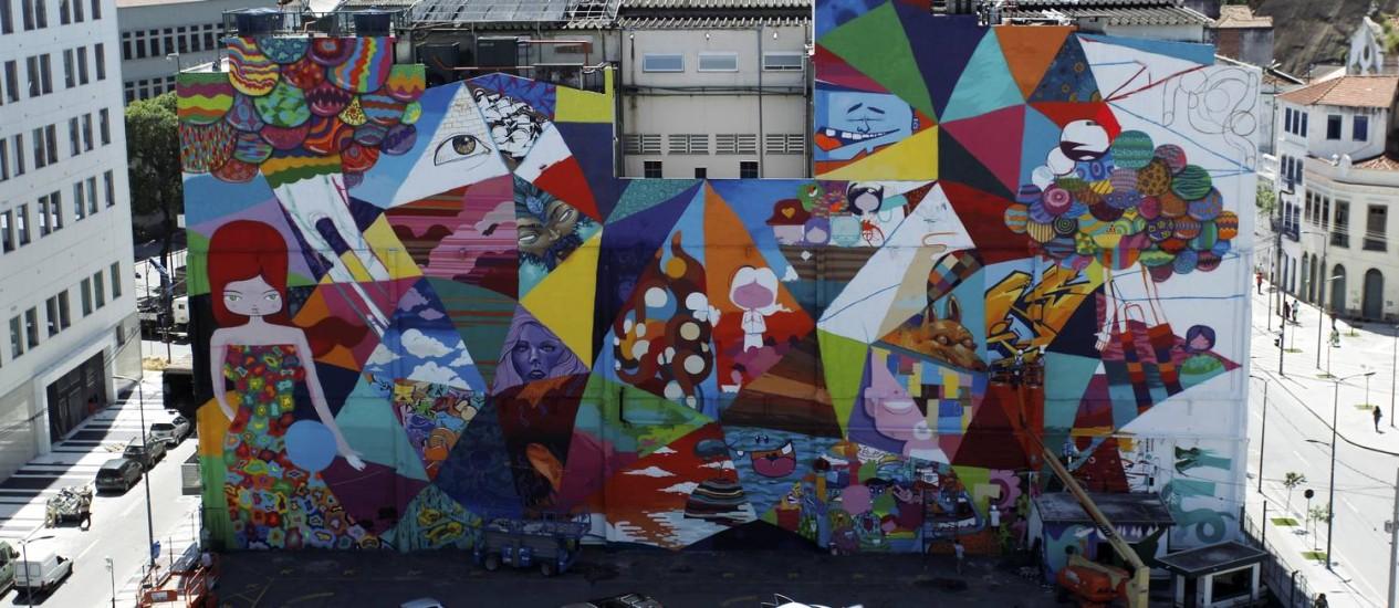 O novo mural, no maior grafite do Rio, está sendo pintado na lateral de um prédio na Zona Portuária Foto: Marcelo Piu / O Globo