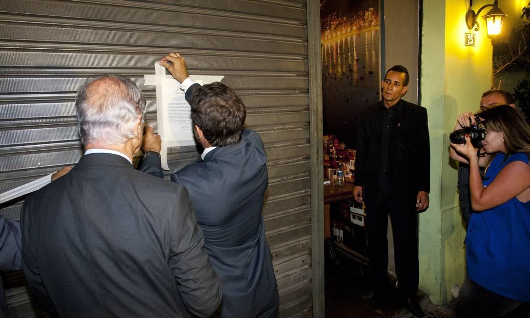 Fiscais interditam o restaurante Quintal Carioca, na Rua do Lavradio Foto: Fernando Quevedo / O Globo