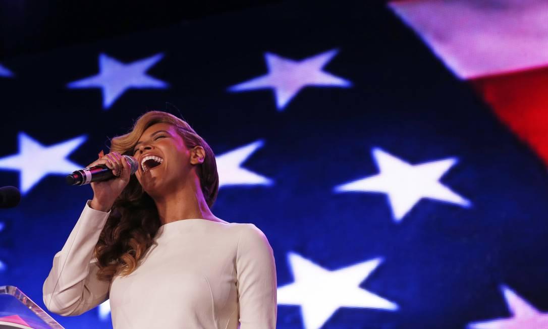 Beyoncé canta o hino americano à capela durante coletiva de imprensa sobre o Superbowl Foto: JIM YOUNG / REUTERS