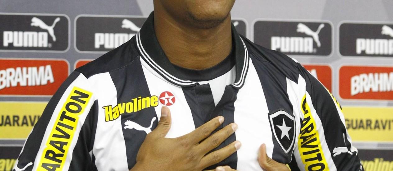 André Bahia é apresentando oficialmente no Botafogo, depois de três meses treinando no clube. Foto: Jorge William / Agência O Globo