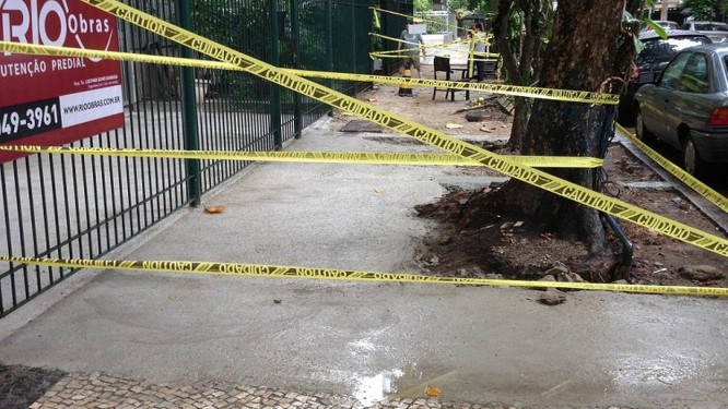 No Leblon, faixas impedem a passagem pela calçada   Foto: Foto do leitor André Farias da Rocha/ Eu-Repórter