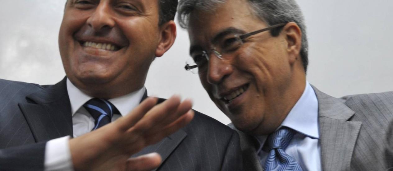 Marcelo Déda (à esquerda) abraça Eduardo Campos Foto: Agência Brasil