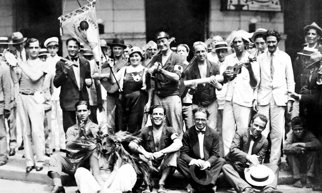 """Cordão da Bola Preta foi fundado por Álvaro Gomes de Oliveira, o """"Caveirinha"""" (no centro, em pé), Francisco Brício Filho, o """"Chico Brício"""", Eugenio Ferreira, João Torres e os três irmãos Oliveira Roxo, Joel, Jair e Arquimedes Guimarães, em 1918 Acervo Bola Preta"""