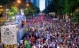 Multidão agurda o início do primeiro desfile do Bola Preta