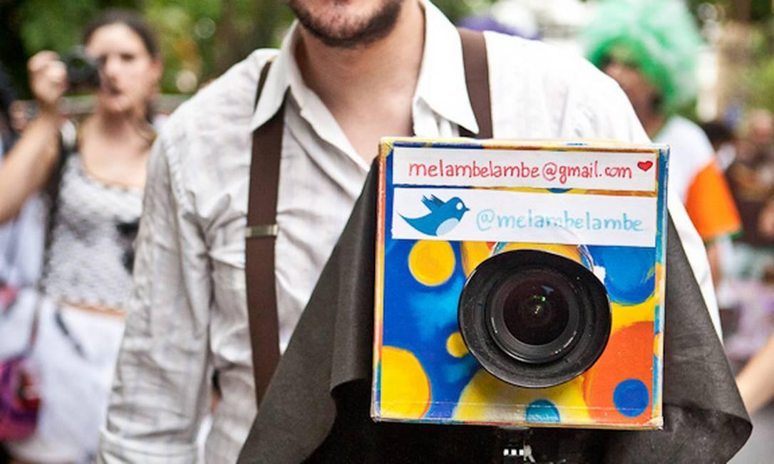 Pedro Esteban virou personagem do carnaval do Rio com sua fantasia de lambe-lambe Foto: André Valente