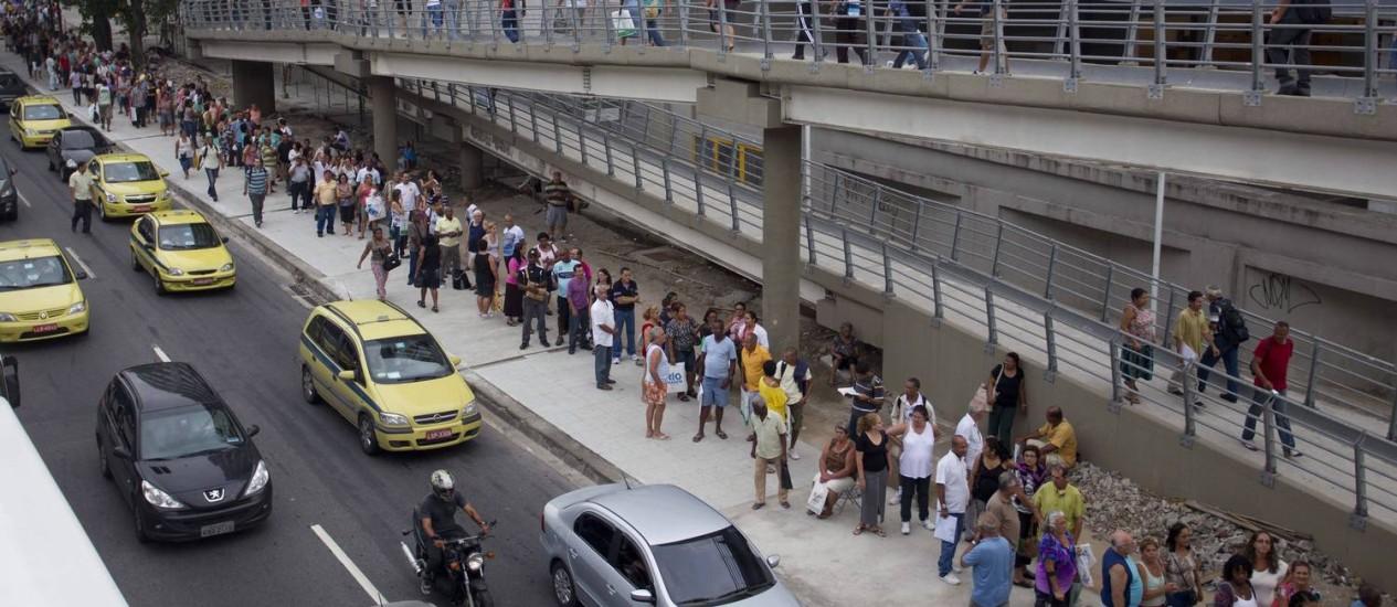 Pacientes na longa fila que deu a volta no Into em dezembro: tudo para marcar consulta Foto: Márcia Foletto / Agência O Globo (03/12/12)