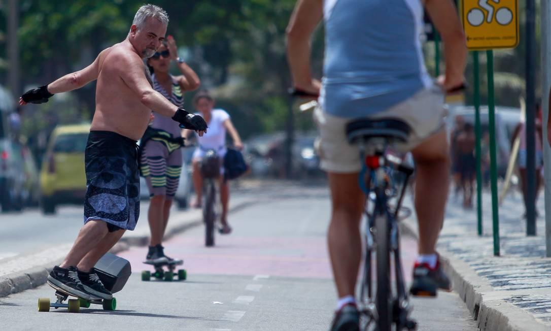 O advogado Último de Carvalho anda de skate em Ipanema Foto: Pedro Kirilos / O Globo