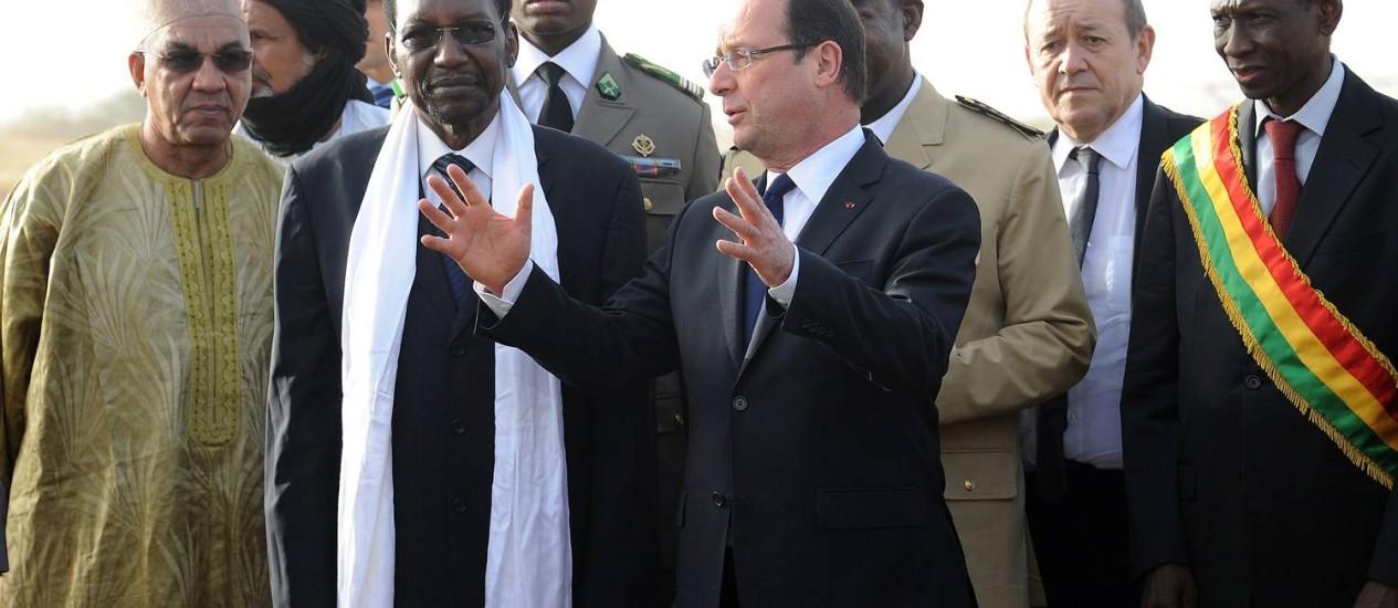 Presidente francês Francois Hollande conversa com o presidente interino do Mali, Dioncounda Traoré, em Sevare Foto: PASCAL GUYOT / AFP