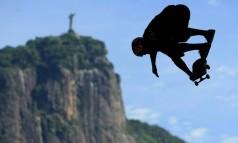 Skatista voa durante o Vert Jam, na Lagoa Rodrigo de Freitas Foto: Guilherme Leporace / O Globo